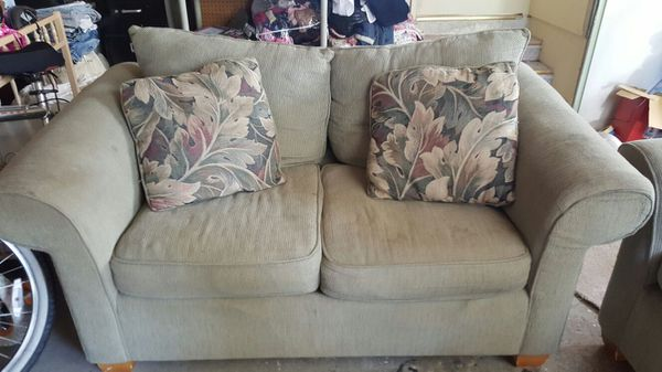 Free sof and love seat furniture in federal way wa offerup - Ways of accessorizing love seats ...