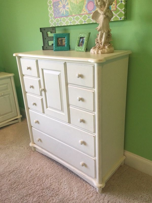 White distressed queen bedroom set(I have more pics)